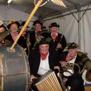 Musikgruppe mit älteren Herren und ihren Instrumenten am Gemeinde Jubiläum
